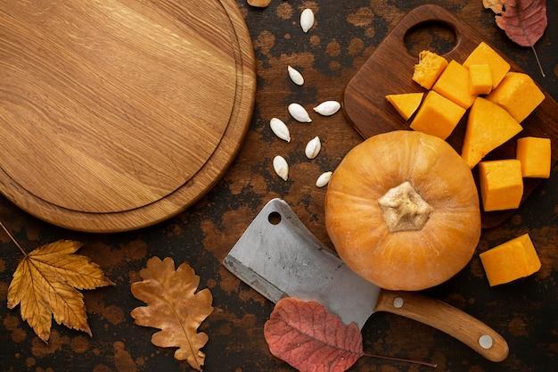 Abóbora comida de outono e tábua de madeira vazia
