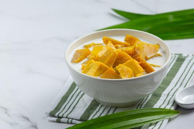 Abóbora cozida com leite de coco em uma tigela branca