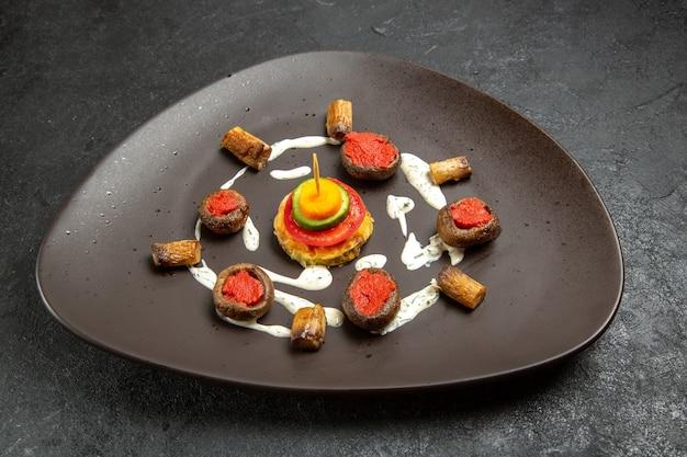 Abóbora cozida de frente projetada refeição dentro de um prato no espaço cinza