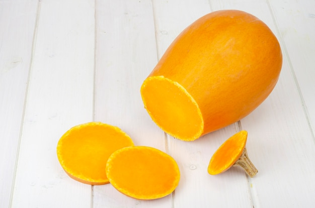 Abóbora de butternut laranja madura, picada. foto do estúdio.