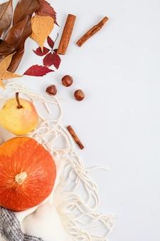 Abóbora de composição plana de outono, pêra, folhas secas e nozes isoladas