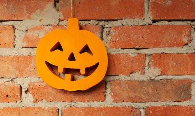 Abóbora de halloween close-up no fundo da parede de tijolo