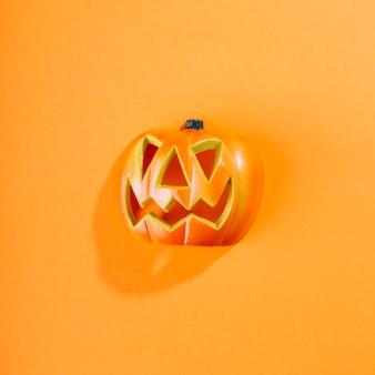 Abóbora de halloween colocada no meio