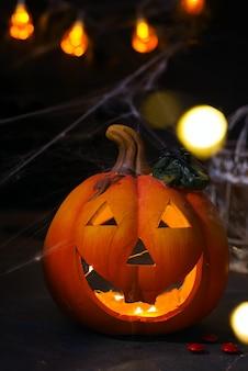 Abóbora de halloween com assustador na janela à noite