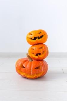 Abóbora de halloween com cabeça de jack lanterna com rostos malignos assustadores feriado assustador