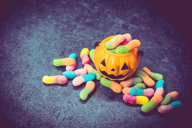 Abóbora de halloween com doce doce