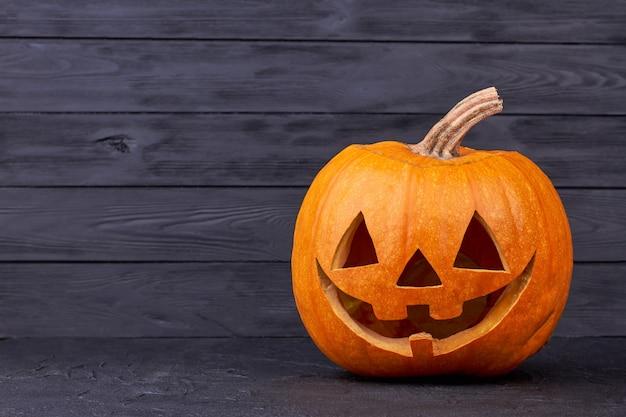 Abóbora de halloween com expressão feliz.