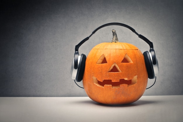 Abóbora de halloween com fones de ouvido