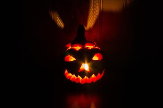 Abóbora de halloween com rosto brilhante esculpido
