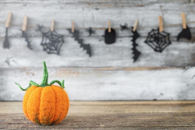 Abóbora de halloween decorativa em um fundo de férias de madeira