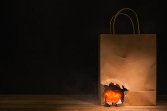 Abóbora de Halloween em rasgando de saco de papel ofício