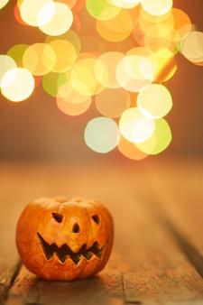 Abóbora de halloween em um fundo de luzes de bokeh