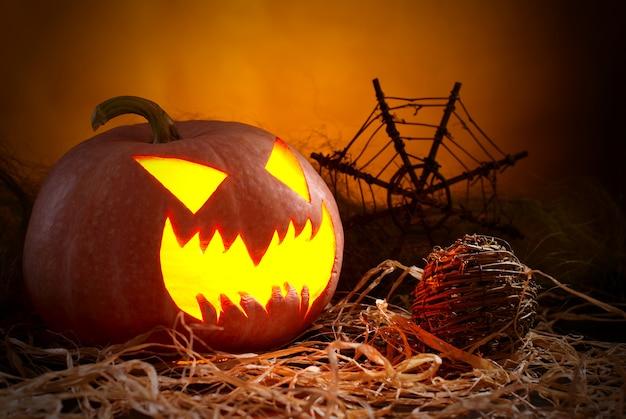 Abóbora de halloween em um fundo preto