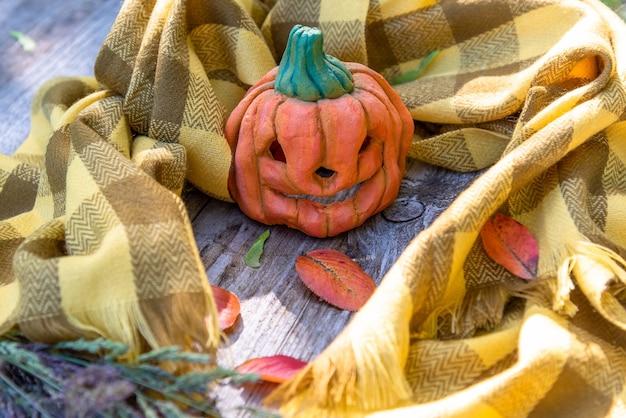 Abóbora de halloween em uma velha mesa de madeira.