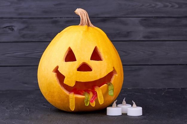 Abóbora de halloween engraçada em fundo escuro.