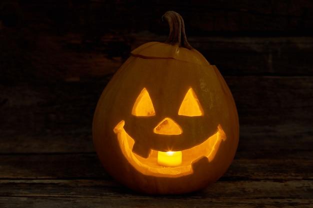 Abóbora de halloween fofa com vela acesa abóbora de halloween jackolantern com expressão engraçada trad ...