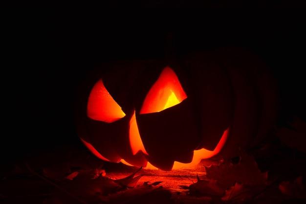 Abóbora de halloween iluminada no escuro
