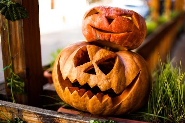 Abóbora de halloween jack o lanternas com caretas