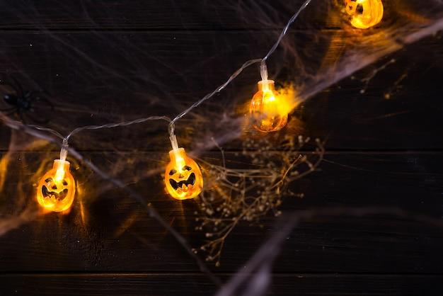 Abóbora de halloween laranja jack o'lantern sorrindo rosto com luz de velas acesa