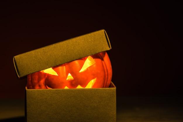 Abóbora de halloween na caixa de artesanato
