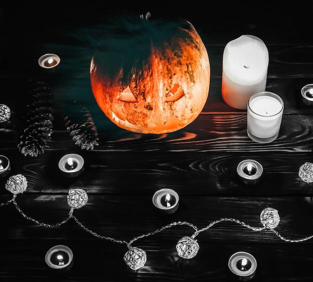 Abóbora de halloween na escuridão. acende lâmpadas e velas. férias místicas de outono. detalhes festivos. tradição doçura ou travessura. dia de todos os santos em outubro.