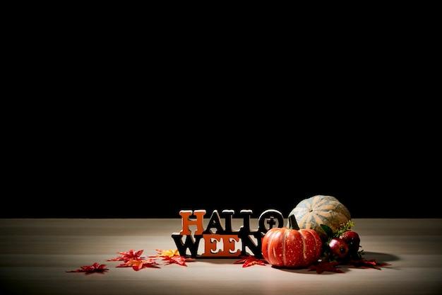 Abóbora de halloween na mesa de madeira com fundo escuro de parede preta