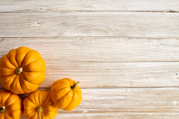 Abóbora de halloween na placa de madeira