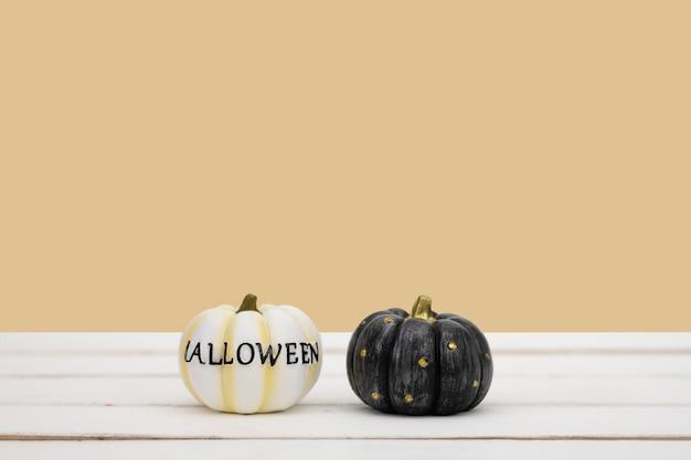 Abóbora de halloween no fundo amarelo. conceito mínimo de ideia de halloween