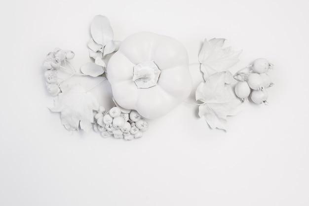 Abóbora de maquete branca, frutas e folhas em um fundo de madeira de outono. cartão de felicitações para o dia de ação de graças