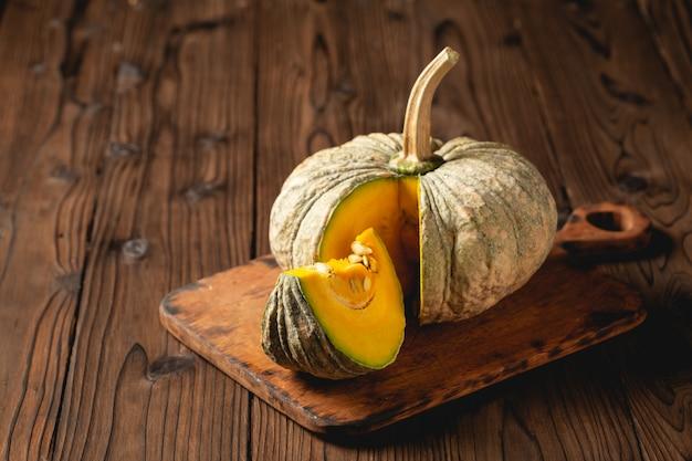 Abóbora de outono na mesa de madeira.