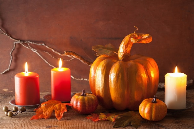 Abóbora de papier-maché dourada decorativa e folhas de outono para o dia de ação de graças