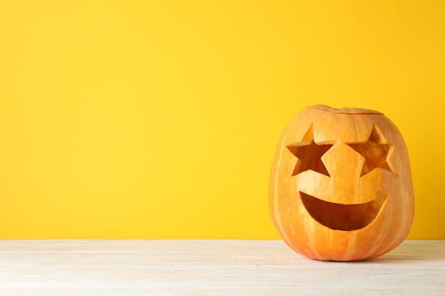 Abóbora decorativa de halloween na mesa de madeira, copie o espaço