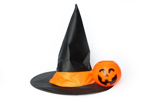 Abóbora e chapéu no fundo branco, dia de halloween.