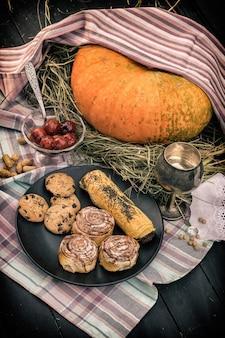 Abóbora e doces em uma tabela