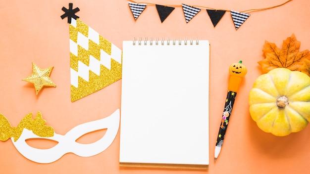 Abóbora e folha perto de coisas de festa e artigos de papelaria