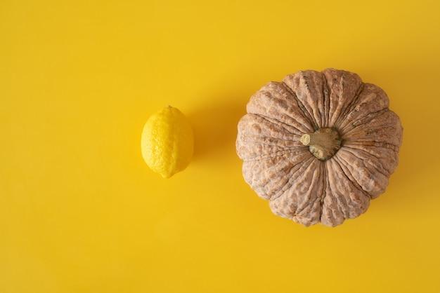 Abóbora e limão em vista superior amarela