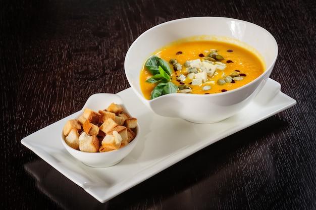Abóbora e sopa com creme e sementes de abóbora
