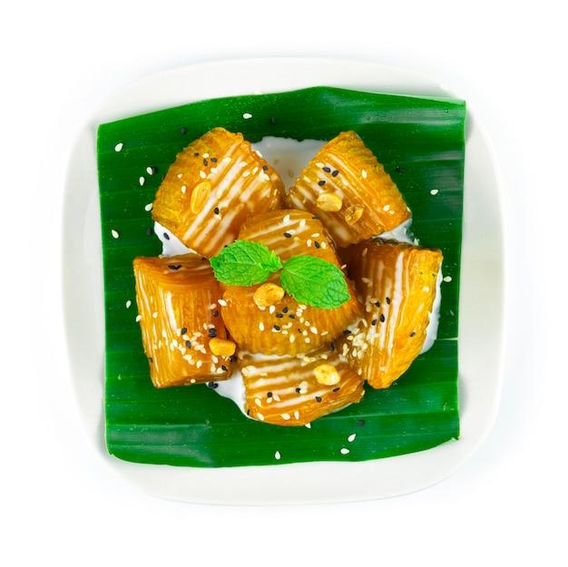 Abóbora em calda com cobertura de leite de coco, sobremesa tailandesa de amendoim e gergelim