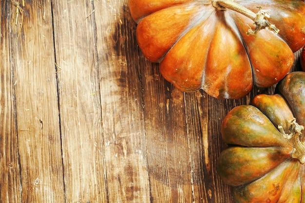 Abóbora em fundo de madeira. outono ainda vida de abóbora em um piso de madeira marrom. close-up de abóbora tiro do ponto superior.