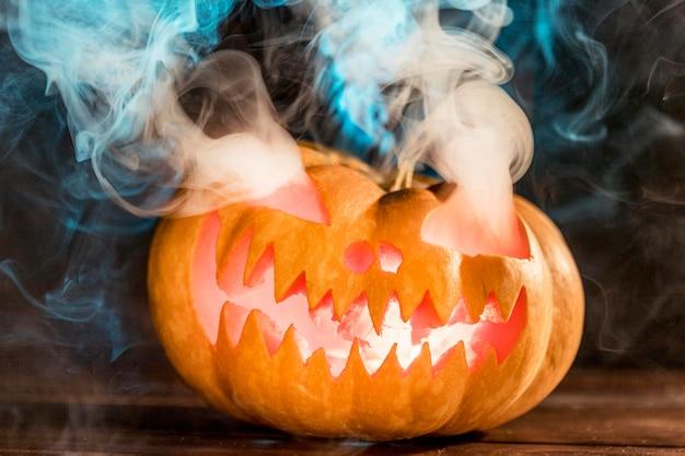 Abóbora entalhada com fumaça