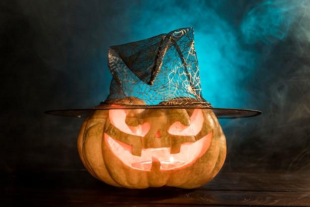 Abóbora esculpida assustadora com chapéu