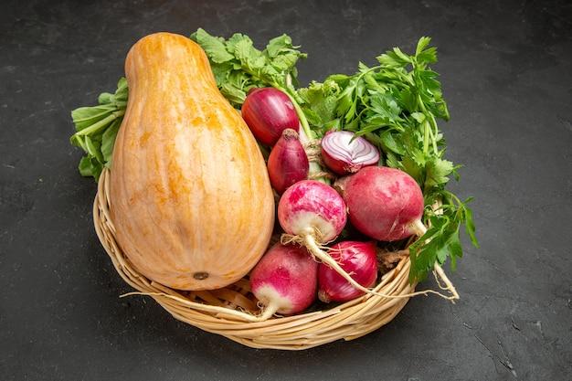 Abóbora fresca de vista frontal com rabanete e verduras em alimentos de cor madura de mesa escura