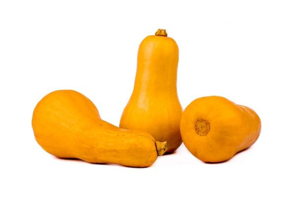 Abóbora isolada em um branco. abóbora laranja em forma de pêra doce três