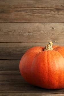 Abóbora laranja fresca em fundo cinza. composição de outono. foto vertical
