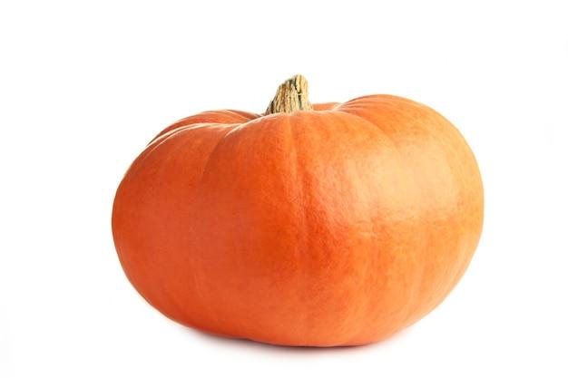 Abóbora laranja fresca isolada no fundo branco. vista do topo