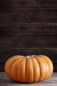 Abóbora laranja na velha mesa de madeira