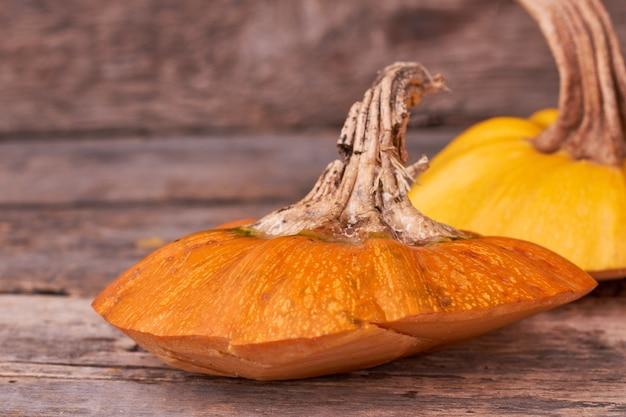 Abóbora madura em fundo de madeira.