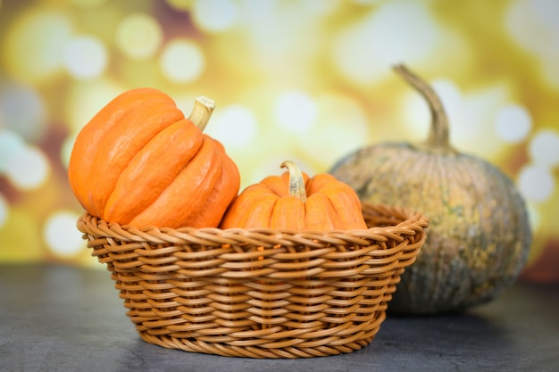 Abóbora na cesta decorar outono temporada de férias com bokeh