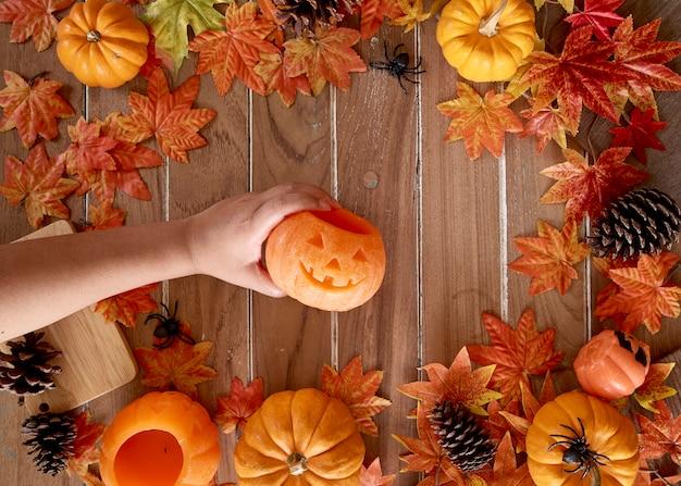 Abóbora na mão da senhora halloween