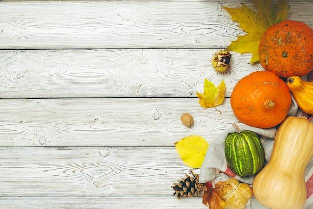 Abóbora na velha mesa de madeira rústica.